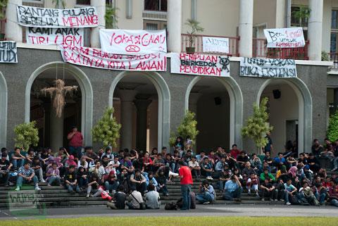 aksi unjuk rasa mahasiswa sekolah vokasi diploma 3 UGM Jogja menuntut dibukanya ekstensi alih jurusan ke S1