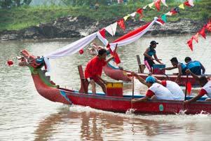 Festival Perahu Naga di Bendungan Tegal