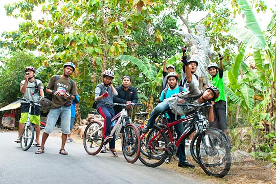 Pesepeda Jogja berpose di depan patung pangeran Diponegoro di pinggir Jalan Raya Samigaluh