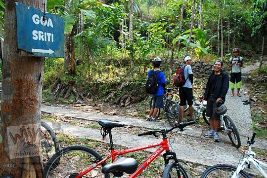 Papan petunjuk arah ke Gua Sriti di Kulon Progo yang menempel di pohon