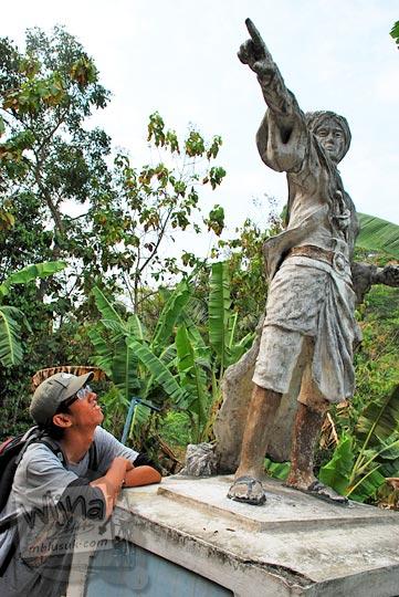 Patung pangeran Diponegoro di pinggir Jalan Raya Samigaluh yang menunjuk ke arah Gua Sriti di Kulon Progo