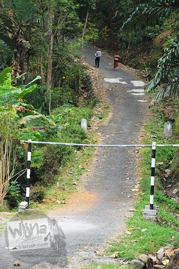 Tanjakan pembuka dari pinggir Jalan Raya Samigaluh ke arah Gua Sriti di Kulon Progo