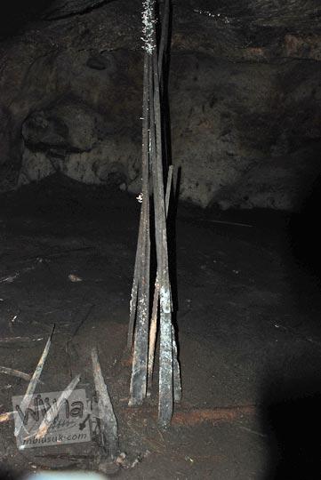 Tiang kayu besar misterius yang ada di dalam Gua Sriti di Kulon Progo