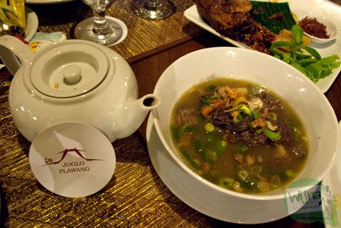 Mari bersantap Sop Buntut di Restoran Joglo Plawang