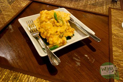 Bakwan Jagung, tentu pembaca sudah akrab dengan sajian ini kan bersantap di Restoran Joglo Plawang
