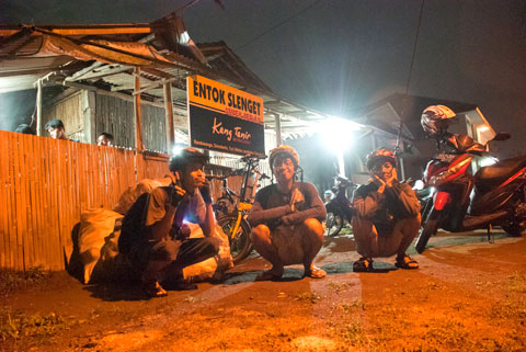 Bersepeda malam kulineran alias night ride ke Warung Entok Slenget Kang Tanir di Turi, Sleman pada tahun 2011