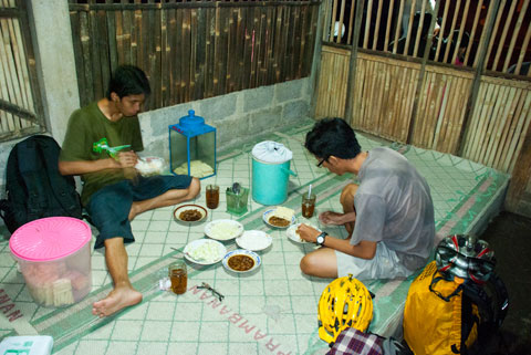 Makan lesehan sambil menyantap entok slenget yang nikmat di Warung Entok Slenget Kang Tanir di Turi, Sleman pada tahun 2011