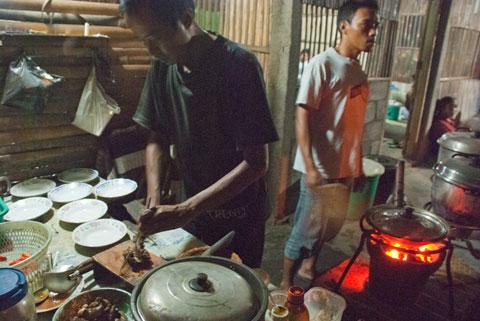 Cara dan resep masakan entok slenget khas Warung Entok Slenget Kang Tanir di Turi, Sleman pada tahun 2011