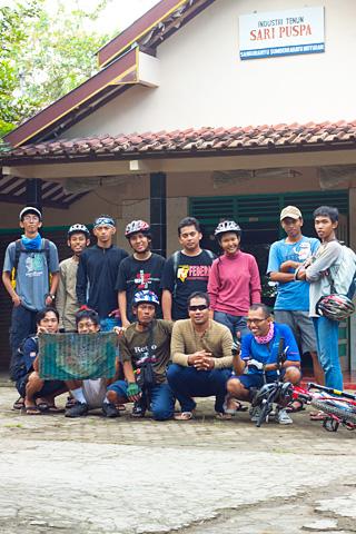 Pesepeda berpose di depan sentra kerajinan tenun di Moyudan, Sleman, Yogyakarta