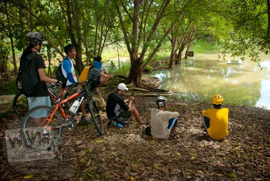 pose foto kenangan para pemuda bersepeda ziarah katolik nasrani kristen saat istirahat di telaga namberan paliyan gunungkidul dulu pada tahun 2010