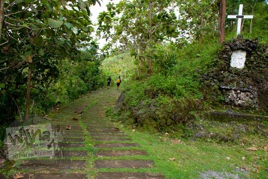 suasana asri sepanjang perjalanan menyusuri jalan salib di kawasan gua maria tritis paliyan gunungkidul pada tahun 2010