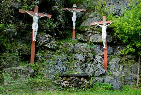 tiga patung yesus disalib yang terdapat di sepanjang jalan salib di kawasan ziarah katolik kristen gua maria tritis paliyan gunungkidul
