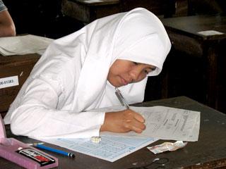 siswa mengerjakan ujian di sekolah