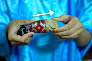 Petunjuk cara bermain mainan kodok-kodokan.