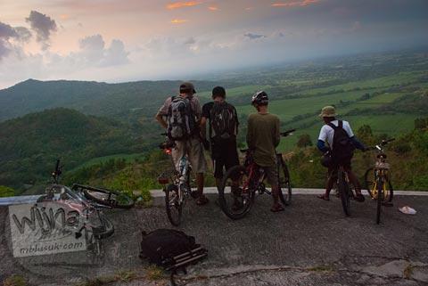 menanti senja di puncak bukit perbatasan Gunungkidul dan Klaten di masa lampau