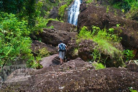 rintangan batu-batu besar menuju curug Banyunibo, Batur, Patuk, Gunungkidul