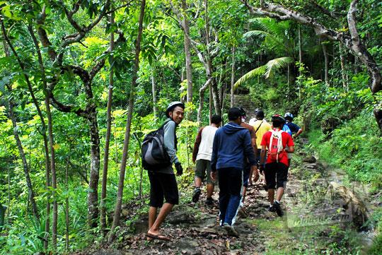 Berjalan kaki masuk hutan menuju Gua Payaman di Desa Argorejo, Sedayu, Bantul pada tahun 2011
