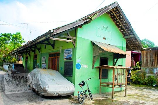Bangunan bekas Stasiun Medari, salah satu bangunan stasiun di jalur kereta Yogyakarta - Secang yang masih tersisa utuh. Zaman dulu bangunan Stasiun Medari terbuat dari kayu, namun terbakar, dan dibangun kembali dari batu bata.