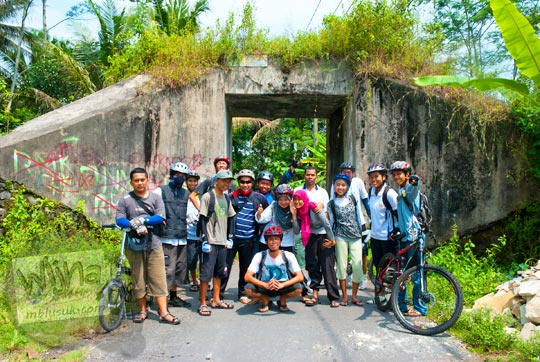 Dahulu kala di Dusun Ganjuran sering sekali ada warga yang tertabrak kereta api yang melintas di malam hari karena di sana minim penerangan. Karena itu kemudian dibangunlah viaduk Ganjuran agar warga tidak perlu melintasi rel kereta api lagi.