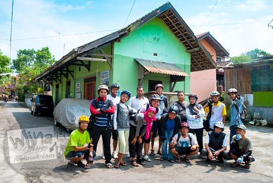 foto kenangan zaman dulu di bekas Stasiun Medari di Mlati, Yogyakarta. Stasiun Medari saat ini digunakan sebagai bangunan posyandu. Dahulu kala penumpang yang naik dari Stasiun Medari kebanyakan adalah para pedagang.