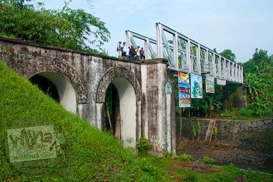 Jembatan Pangukan merupakan salah satu sisa kejayaan jalur kereta api Yogyakarta - Secang yang berhenti beroperasi pada tahun 1976. Jembatan Pangukan dirancang dengan teknlogi mutakhir yang meminimalkan dampak beban berat kereta yang melintas di atasnya.