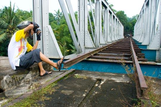 Rel yang berada di Jembatan Pangukan sudah terputus. Padahal, rel tersebut dibuat dari material berkualitas tinggi untuk menahan beban berat kereta api yang melintas di atasnya.