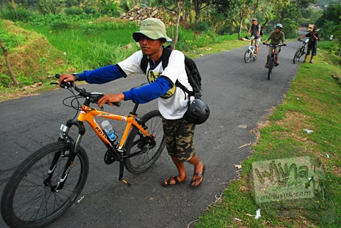 menuntun sepeda menuju curug Banyunibo, Batur, Patuk, Gunungkidul