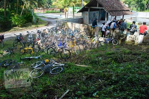 parkir sepeda di sendang klangkapan godean, sleman, yogyakarta pada tahun 2011