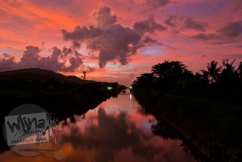 Rona Senja yang refleksi di sungai klaten, Jawa Tengah