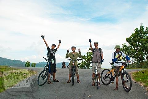 para pesepeda menaklukkan puncak tanjakan jahanam di Gedangsari, Gunungkidul