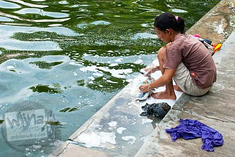 foto cewek cantik telanjang mencuci baju di sendang klangkapan, yogyakarta pada tahun 2011