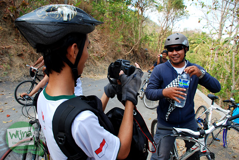 Para pesepeda istirahat sambil bikin video di jalur wonolelo-piyungan srimulyo bantul yogyakarta