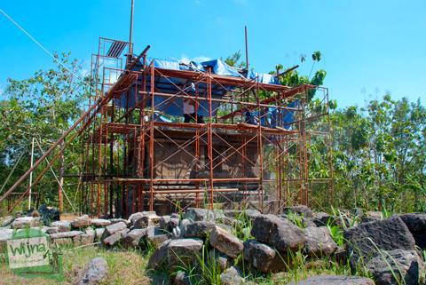 candi perwara di kompleks candi ijo, sambirejo, prambanan, sleman sedang dalam proses rekonstruksi oleh tim BP3 DIY