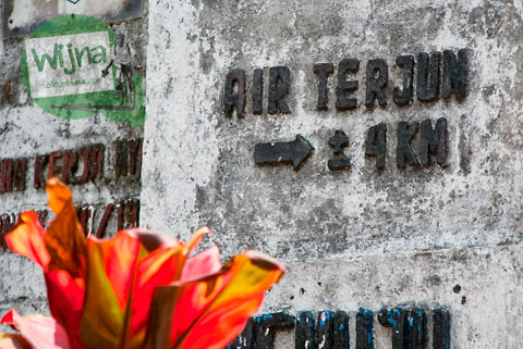 Petunjuk arah jalan menuju ke objek wisata Air Terjun Takapala, di Desa Malino, Tinggimoncong, Gowa, Sulawesi Selatan pada tahun 2011