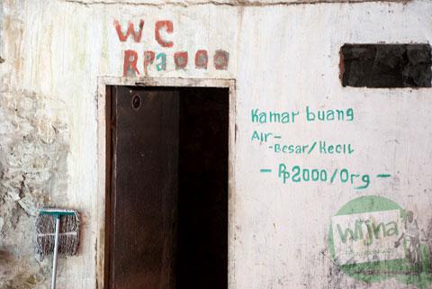 Tarif kamar kecil di kawasan objek wisata Air Terjun Takapala, di Malino, Tinggimoncong, Gowa, Sulawesi Selatan