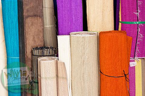 Gulungan tekstil hasil tenun produksi Nepi Craft di Moyudan, Sleman, Yogyakarta siap diolah menjadi produk kerajinan lain