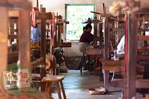 Suasana aktivitas di ruang penenunan di Moyudan, Sleman, Yogyakarta yang sepi karena bertepatan dengan musim panen padi
