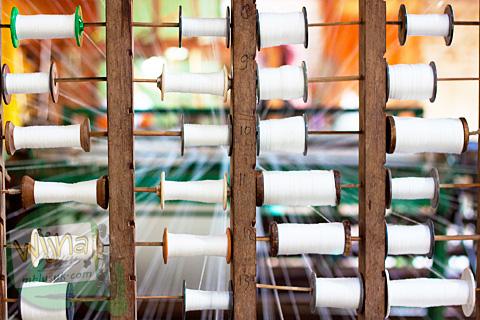 Gulungan benang berjumlah banyak yang digunakan untuk memproduksi lembaran tekstil sandang di dusun Sangubanyu, Moyudan, Sleman, Yogyakarta