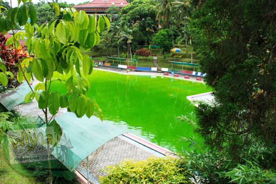 air kolam renang Tirto Langgeng di Taman Kyai Langgeng Kota Magelang jorok kotor warna hijau lumut pada tahun 2012