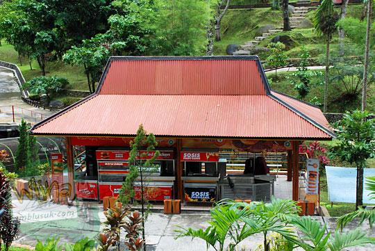 Kedai kios gerai mister burger yang terdapat di dalam Taman Kyai Langgeng Kota Magelang di tahun 2012