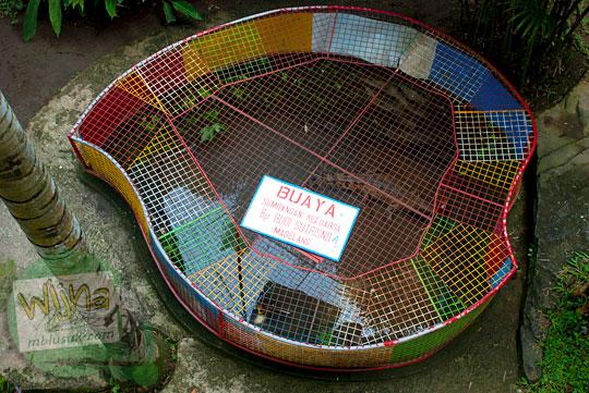 Kandang buaya sumbangan yang tidak terawat di Taman Kyai Langgeng Kota Magelang di tahun 2012