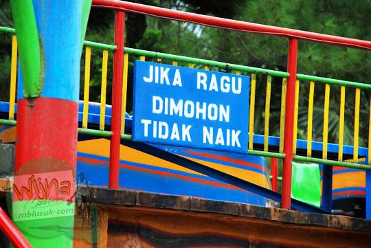 papan peringatan ragu naik wahana di Taman Kyai Langgeng Kota Magelang banyak yang rusak di tahun 2012