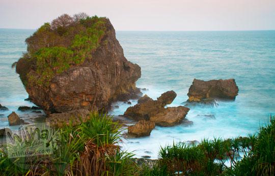 bukit karang ikon pantai jungwok gunungkidul yogyakarta