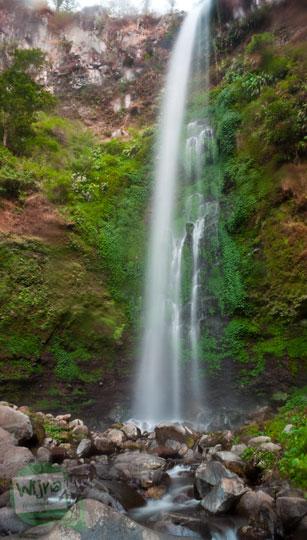 Foto air terjun Coban Rondo obyek wisata populer Batu Malang Jawa Timur dipotret secara vertikal sebelum hujan turun