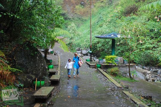 wisatawan pulang dengan kecewa dari air terjun Coban Rondo Pujon Malang karena berkabut dan turun hujan deras sehingga membahayakan keselamatan