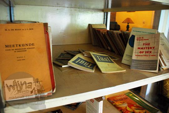 perpustakaan dengan koleksi buku dari flea market australia di New Kawi Guest House Malang pada tahun 2012