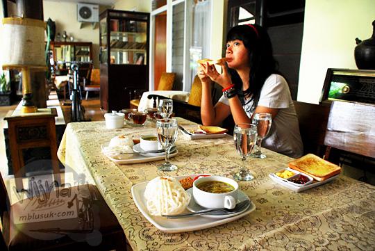 sarapan breakfast di meja makan khas zaman dulu di New Kawi Guest House Malang pada tahun 2012