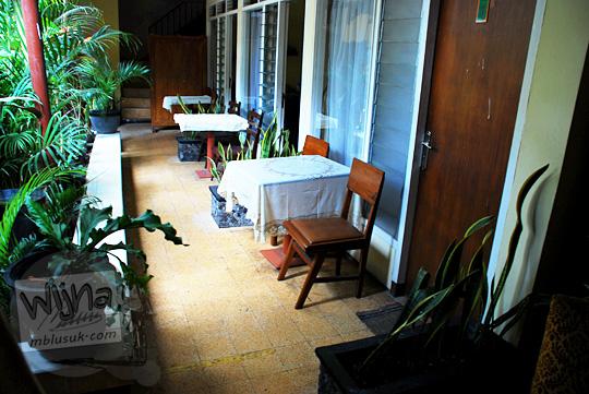 selasar antar kamar berkesan rumah zaman dulu di New Kawi Guest House Malang pada tahun 2012