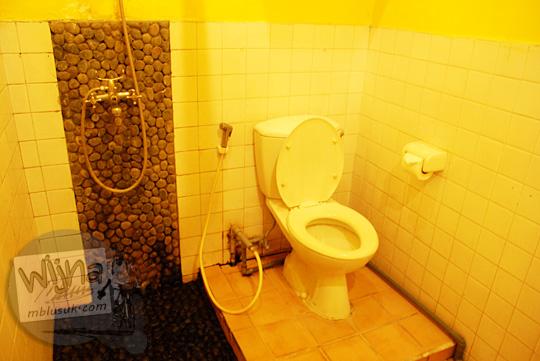 toilet dan kamar mandi dalam kamar New Kawi Guest House Malang pada tahun 2012