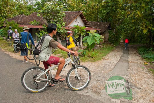 petunjuk arah rute perjalanan papan arah ke Curug Banyunibo di desa Sendangsari, Pajangan, Bantul dari dusun Krebokan Kulon
